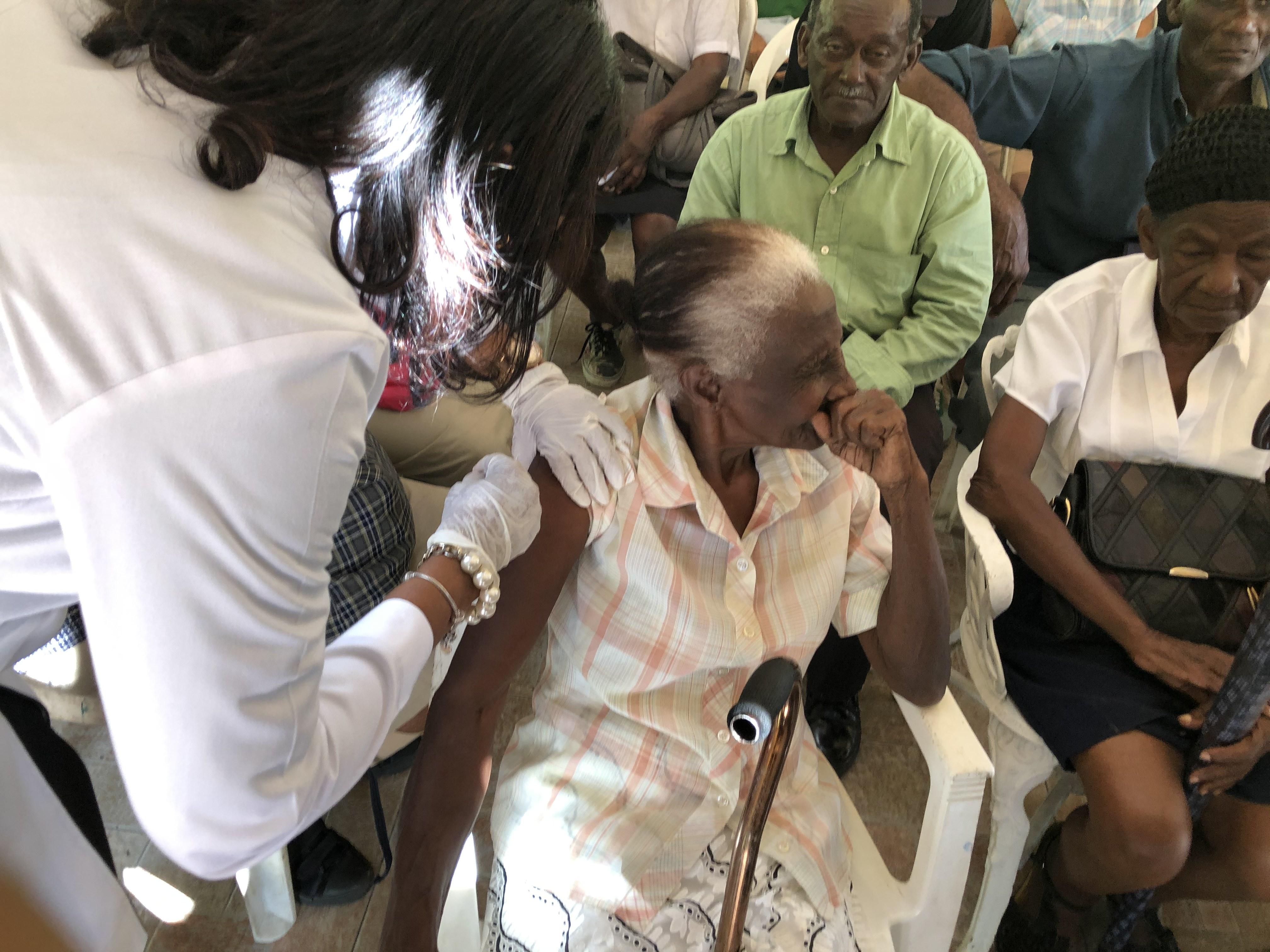 Inician jornada de vacunación del adultos mayores en la Región Valdesia